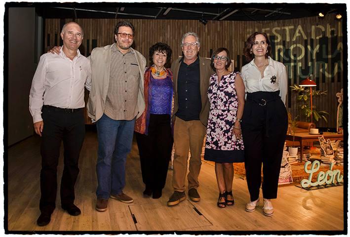 Con el jurado, los escritores Octavio Escobar Giraldo, Santiago Gamboa, Héctor Abad Faciolince (creador del premio), Clemencia Ardila y Claudia Ivonne Giraldo.