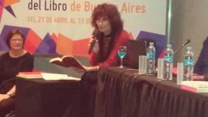 """Leyendo """"Yendo de tapas con Luisa Valenzuela"""", de Eduardo Gotthelf, uno de los textos incluidos en la obra."""